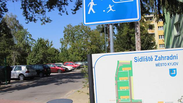 Lidem na sídlišti Zahradní má zvýšit komfort nové zelené parkoviště.