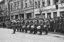 Příjezdem vojáků nacistického Německa se ze dne na den změnil život obyvatelům Hodonína. Nic už nebylo tak, jak dřív. Zbylo jen jediné, přežít. A ani to se stovkám z nich nepodařilo.