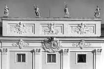 Na atice milotického barokního zámku se opět objeví čtyři sošky bohů, tak jako na fotografii z roku 1975.