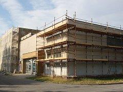 Hodonínský krytý bazén čeká na pokračování stavebních prací.