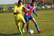 Souboj 13. kola okresního přeboru mezi domácími Kozojídkami (ve žlutém) a hosty ze Ždánic nabídl parádní fotbal a deset branek.