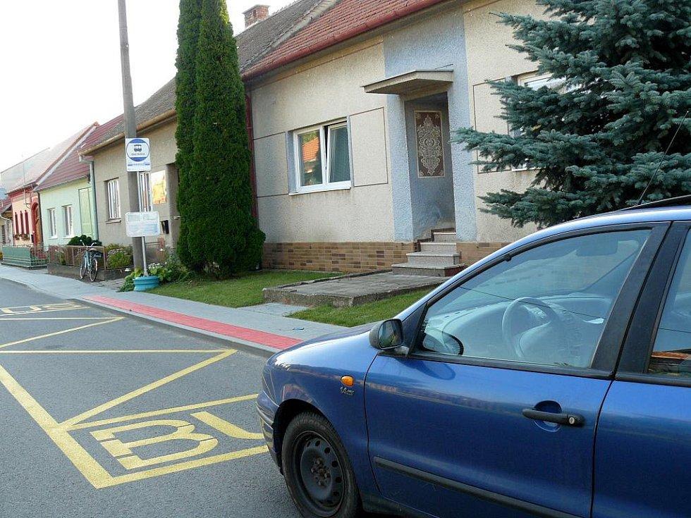 Autobusová zastávka v Josefovské ulici v Dolních Bojanovicích.