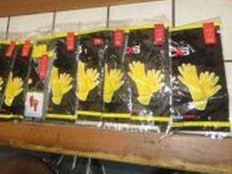 Policisté hledají další oběti padesátiletého podvodnika, který prodával ochranné rukavice.