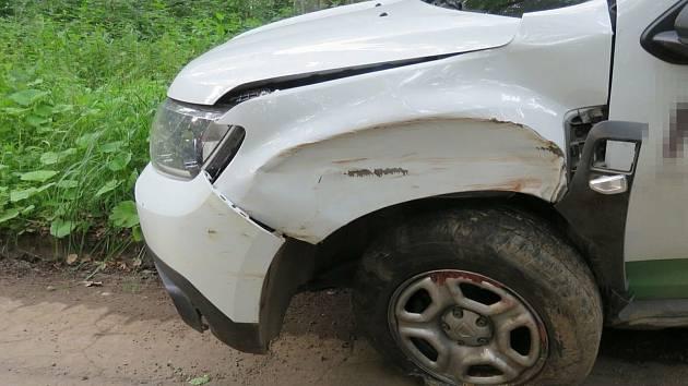 Opilý řidič boural do stromu na lesní cestě u Ždánic.