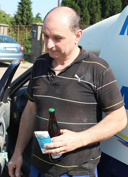 Policisté vyrazili na preventivní dopravně-bezpečnostní akci Řídím piju nealko pivo. Řidiče kontrolovali na konci Mutěnic.