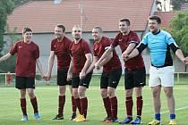 Fotbalisté Čejkovic (v rudých dresech) poprvé vyhráli okresní pohár. Na hřišti ve Vacenovicích hlavně díky hattricku útočníka Radovana Maňáka porazili Lipov 4:1.