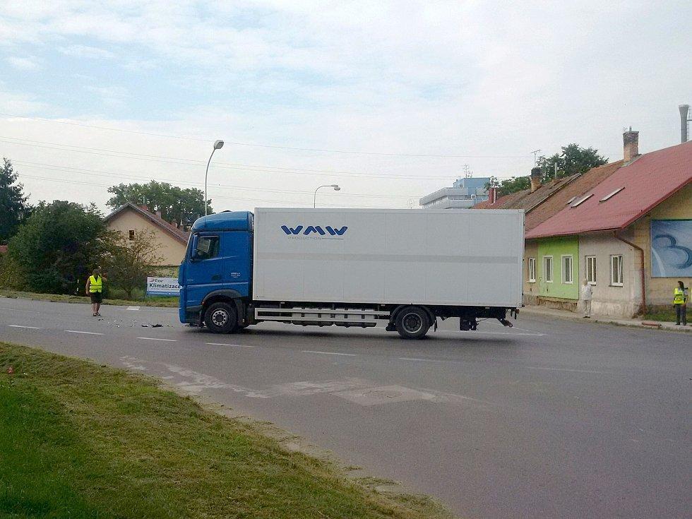 Na kyjovské křižovatce Nerudovy a Havlíčkovy ulice se srazilo nákladní s osobním.