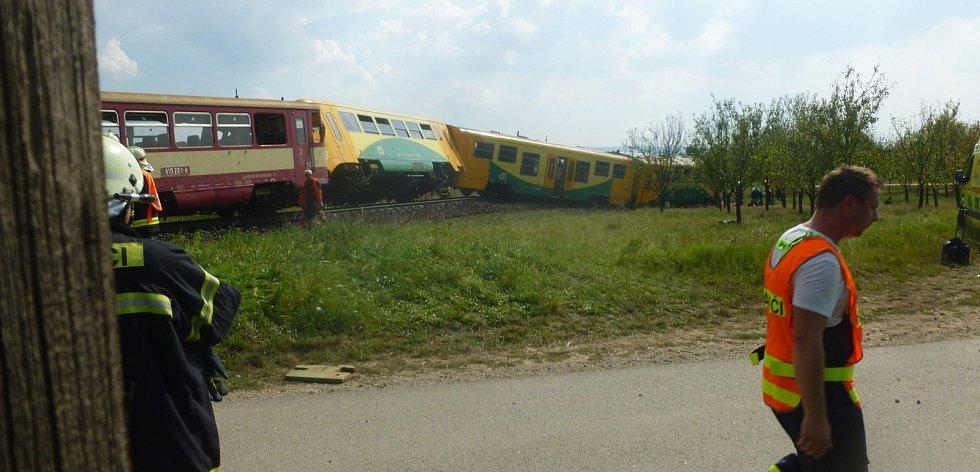Tragická nehoda se stala na železničním přejezdu ve Vnorovech. Osobní motorový vlak se tam srazil s traktorem. Řidič zemědělského stroje na místě zemřel. Dalších osm lidí se zranilo.