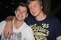 Hokejový brankář Slavie Praha Miroslav Kopřiva (vpravo) navštívil v sobotu Čejkovice. Na snímu pózuje s kamarádem Ondřejem Šmachem.