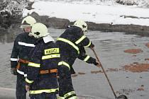 Hasiči odstraňovali ropné látky z řeky Kyjovky.