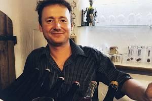 Lahodné víno, cimbálová muzika a lidové písničky. To se řadě lidí vybaví při zmínce o jižní Moravě. V rodině Petra Marady z Mikulčic na Hodonínsku se tato kombinace snoubí naprosto dokonale.