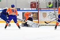 Hodonínští hokejisté (v oranžovém) prohráli ve druhé lize i zápas s rezervou Komety Brno.