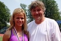 Hodonínská běžkyně Veronika Paličková pózuje s koučem Zdeňkem Lípou, medailemi a plaketou za překonání halového rekordu České republiky v závodě na šedesát metrů.