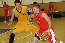 Basketbalisté Kyjova (ve žlutém) doma prohráli i se silnými Svitavami.