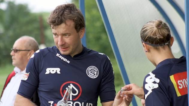 Trenér ligových fotbalistek Slovácka Petr Vlachovský oslavil třicáté narozeniny přátelským zápasem proti Moravanům. Na střídačce nechyběl ani povolený dopink.