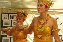 Na vlně balijské kultury se nese jubilejní desátý ročník kyjovského festivalu Mezi Smrky. Divadelní akce rozprostřená do tří dnů baví návštěvníky i kolemjdoucí.