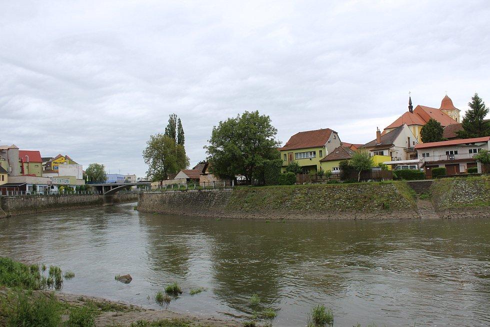 Ve Veselí u řeky Moravy.