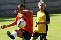 Fotbalisté Žarošic (v oranžových dresech) doma neuspěli ani proti Kněždubu, kterému ve čtvrtém kole podlehli 1:3.