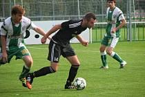 Bzenečtí fotbalisté (v zelenobílých dresech) doma s Holešovem nezvládli přesilovku a v osmém kole divize D pouze remizovali 3:3.