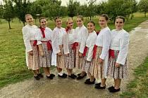 Ani špatné počasí nezabránilo Folklornímu souboru Míkovjanu se na Dožínkách předvést.