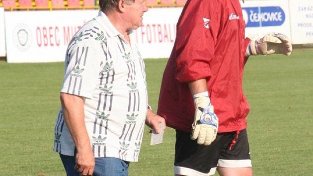 Trenér Petr Vyškovský spolu gólmanem Flíčkem vedou Starý Poddvorov k čelu okresního přeboru.