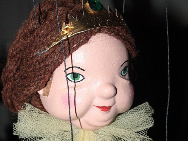 Občanské sdružení Futra zVelké nad Veličkou vloni začalo sopravou šestadvaceti marionet. Za sebou má jednu pohádku a chystá se secvičit druhou.