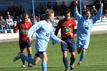 Fotbalisté Vracova (v modrém) můžou být s podzimem spokojení. Se čtyřiatřiceti body vedou tabulky krajského přeboru.