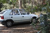 Zaparkované auto v lese mezi Vracovem a Vacenovicemi.
