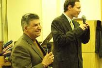 Allen Buchanek při přednášce se svým překladatelem.