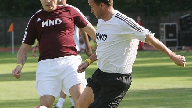 Bývalý fotbalista Vladimír Šmicer (v bílém).