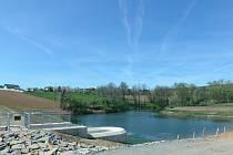 Nová zadržovací nádrž na Čeložnickém potoce chrání obec Moravany.