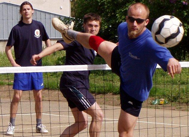 Vracovský smečař Ladislav Semmler sleduje míč, kterým Čejkovičtí obstřelili jeho blok.