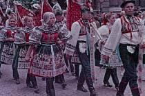 Krojovaný průvod při Slováckém roku v roce 1957.
