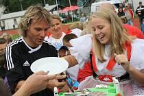 Pavel Nedvěd, hvězda fotbalové benefice v Hodoníně, dostal po utkání s divizním Hodonínem od manželky Ivany dort.