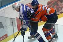 Obránce Hodonína David Skočovský (vpravo) atakuje u mantinelu útočníka Kolína. Drtiči porazili v 19. kole Kozly 5:2.