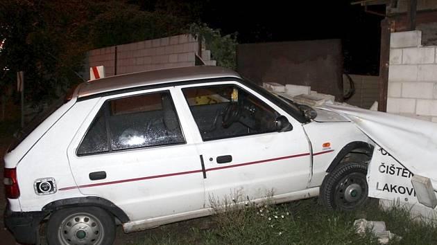 Osobní auto v rozbourané zdi našly při své obchůzce hodonínské policistky v Žižkově ulici. V autě seděla osmapadesátiletá řidička. Tvrdila, že se jí zatočila hlava. Byla ale opilá.