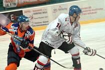 Hodonínští hokejisté (vlevo) porazili v předposledním přípravném zápase Techniku Brno 6:3.