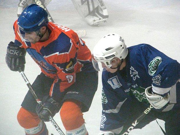 Hodonínský útočník Martin Hollý (vlevo) zápas proti Novým Zámkům kvůli nevolnosti nedohrál.