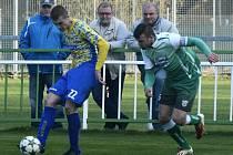 Fotbalisté Bzence (v zelených dresech) v derby nestačili na Břeclav, které v nervózní a zbytečně vyhrocené bitvě podlehli 1:2.