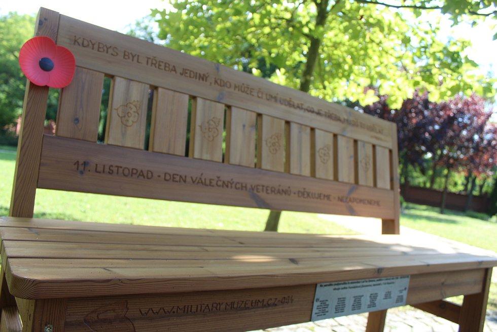 Lavička veteránů na hodonínském městského hřbitově věnované památce Luďka Zemana.