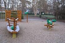 Vandal v Kyjově rozmístil odpadkové koše po dětských prolézačkách.