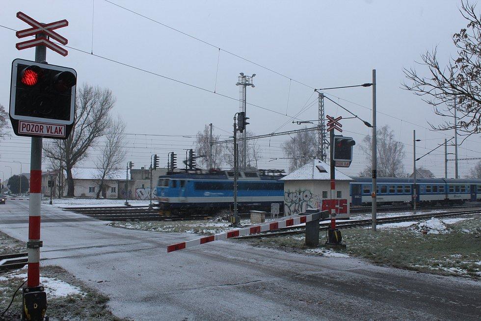 Železniční šestikolejný přejezd v Rohatci Kolonii. Správa železnic plánuje jeho zrušení. Stavba náhradního řešení má začít v dubnu 2024.