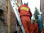 Zásah hasičů u zhroucené části stěny rodinného domu ve Vinařské ulici v Rohatci.