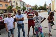 Hodonínský zastupitel Roman Sedlačík svolal shromáždění před hodonínskou radnicí, aby vysvětlil svůj postup v případě, kdy zavolal městské strážníky na cizince procházející na Národní třídě.