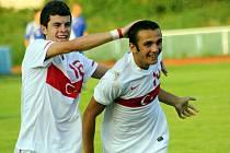 Útočníkovi Turecka Ari Kadirovi (vpravo) gratuluje ke druhé brance Gecmen Aykut. Turci porazili na hřišti v Kyjově Slovensko 2:1.