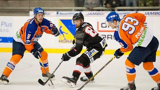 Hodonínští hokejisté (oranžovomodré dresy) prohráli v přípravě s brněnskou Techniku 0:3.