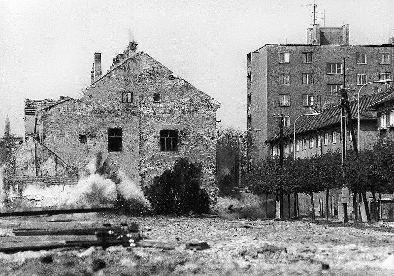 DEMOLICE. Před stavbou sídla okresního výboru KSČ v Hodoníně musela jít v roce 1977 původní budova k zemi.