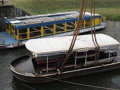 Lodě Konstancie a Korálka se stěhovaly z hlavní toku Moravy na Starou Moravu.
