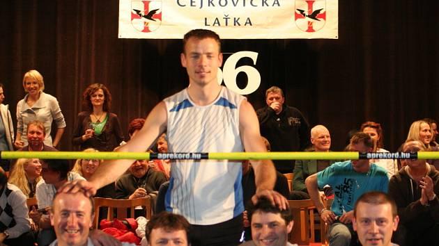 Čejkovická laťka. Vyhráli Polák Grzegorz Sposob a Iva Straková.