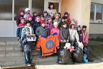 Děti z mateřské školy v Lužicích už hračky z plyšákové akce dostaly.